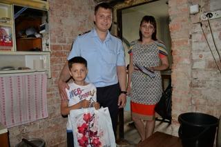 В Уссурийске в рамках рейда по профилактике семенного благополучия сотрудники транспортной полиции вручили детям подарки