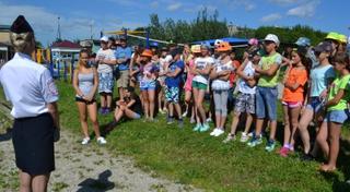 Полицейские Уссурийска провели зарядку в детском оздоровительном лагере