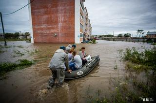 Жители Новоникольского проезда, 10 в Уссурийске плавают к дому на лодке и хотят пригласить Путина