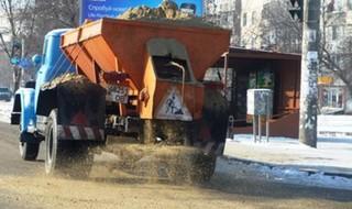 Дорожные службы: ночью дороги Уссурийска посыпали песком и солью