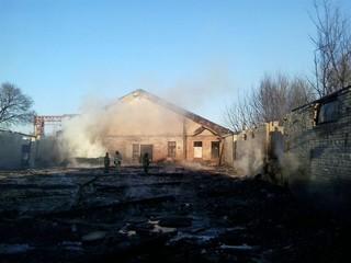 В Уссурийске на улице Урицкого сгорел склад
