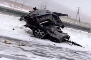 Под Уссурийском легковушку разорвало на части после столкновения с грузовиком. Видео