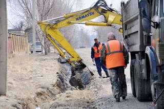 Работы по расчистке кюветов организованы в Уссурийске