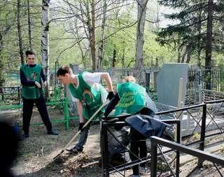 Уссурийские волонтеры приняли участие в благоустройстве захоронений героев-уссурийцев