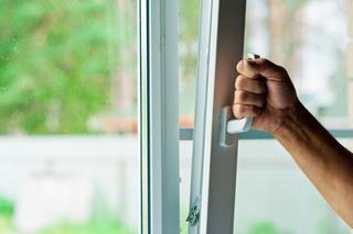 Из окна дома в Уссурийске выпал пожилой мужчина