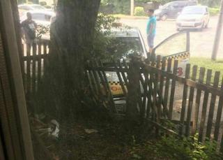 Автомобиль такси в Уссурийске протаранил забор частного дома