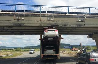 В Уссурийске фура, перевозящая автомобили, врезалась в мост