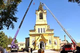 Купол с крестом начали возводить на колокольне храма Покрова Пресвятой Богородицы