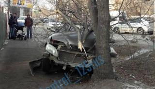 В Уссурийске автомобиль после ДТП вылетел на тротуар и врезался в дерево
