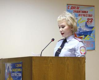 Сотрудники транспортной полиции Уссурийска принимают поздравления от женщин
