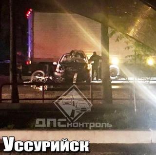 Байкер влетел в такси в Приморье