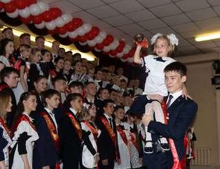 Торжественные линейки в честь последнего звонка прошли в школах Уссурийска