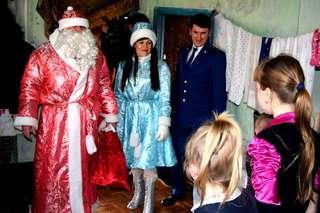 В Уссурийске Дед Мороз и Снегурочка поздравили ребят из малообеспеченных семей