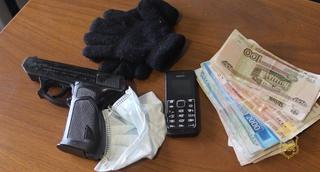 Житель Уссурийска с игрушечным пистолетом и в медицинской маске ограбил цветочный магазин