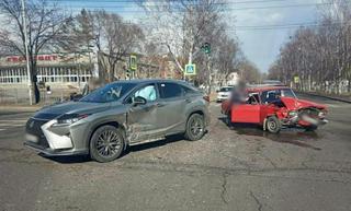 Момент жёсткого ДТП с «Lexus» и «Жигули» в Уссурийске попал на видео