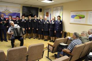 В Уссурийске ветеранов транспортной полиции поздравили песнями прошлых лет