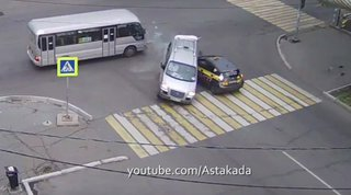 Микроавтобус перевернулся в тройном ДТП в Уссурийске