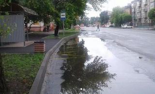 Жители Уссурийска пожаловались на огромную лужу на автобусной остановке