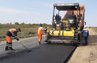 Примавтодор ремонтирует дороги в села Корсаковка и Кроуновка