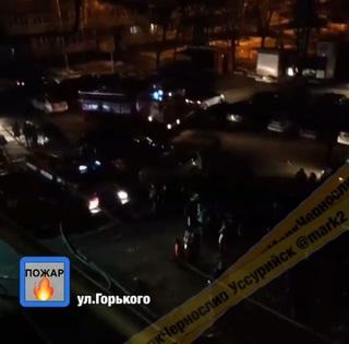 «Людей вывели на улицу»: огонь охватил комнату общежития в Уссурийске