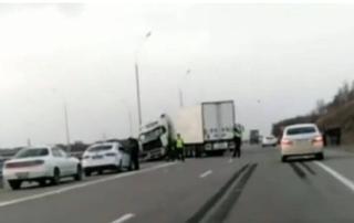 «Водитель уснул, что ли?»: тягач «размотало» на трассе Владивосток - Уссурийск