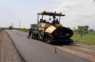 На дороге между селами Уссурийска восстанавливают асфальт