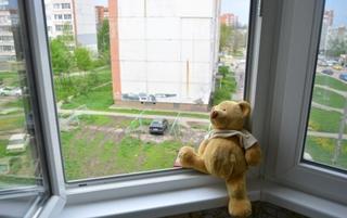 В Уссурийске маленький ребёнок выпал из открытого окна на втором этаже