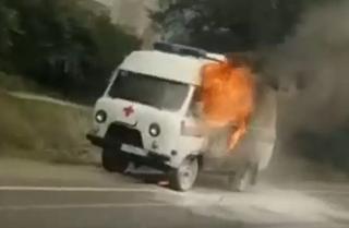 Машина скорой помощи загорелась на глазах очевидцев