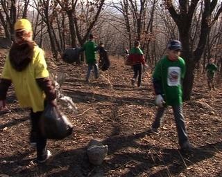 Юннаты очищают Хенину сопку  от  мусора