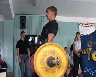 Пауэрлифтинг - популярный вид спорта среди молодёжи  Уссурийска