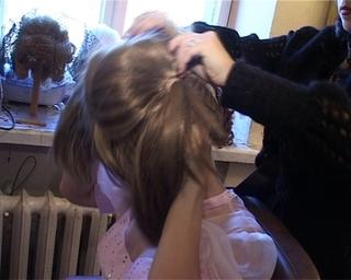 Трудная работа - носить парик на сцене
